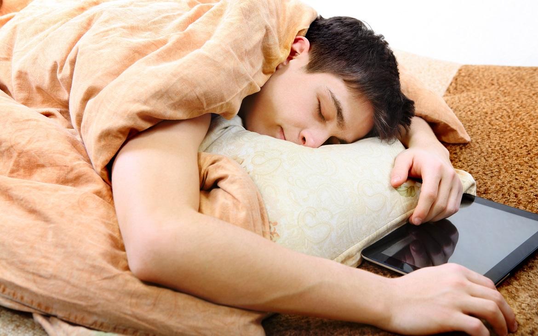 איך משכנעים בני נוער ללכת כבר לישון