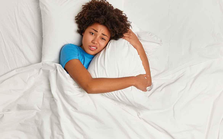 כך משפיעים שינויים הורמונליים על שעות השינה של נשים